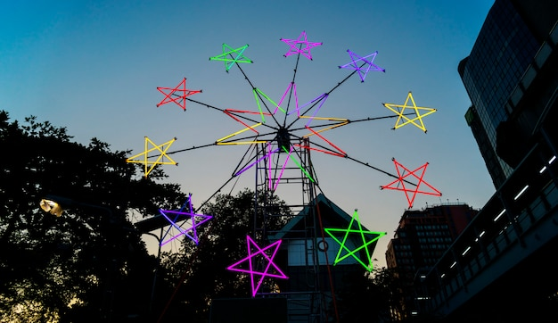 Moulin à vent néon en forme d'étoile dans un festival