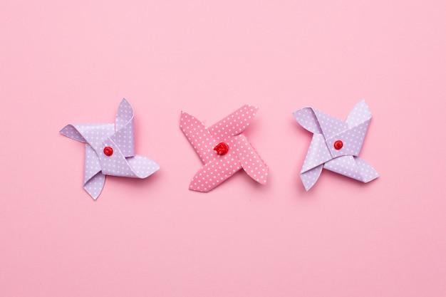 Moulin à vent de papier bleu et rose isolé, jouet pour enfants