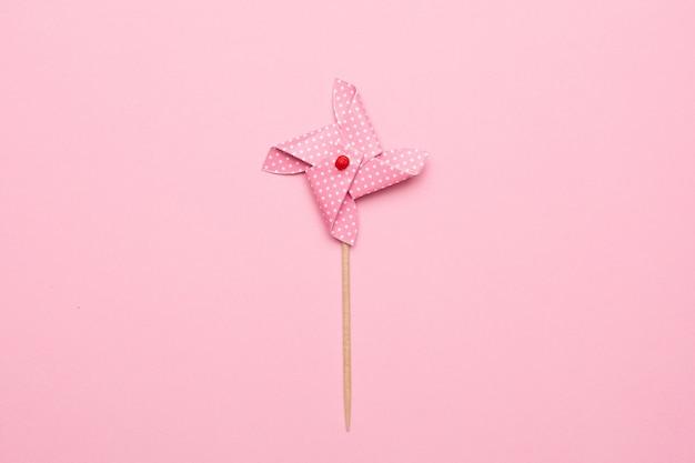 Moulin à vent en papier isolé, jouet pour enfants