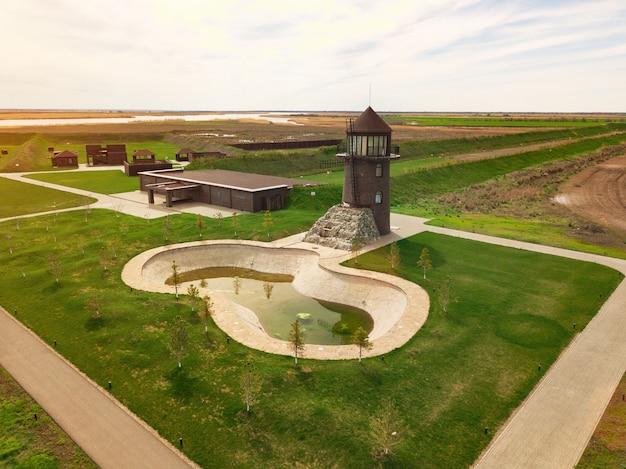 Moulin à vent et plan d'eau artificiel. vue d'en haut sur le bâtiment du moulin. paysage agricole. country club.