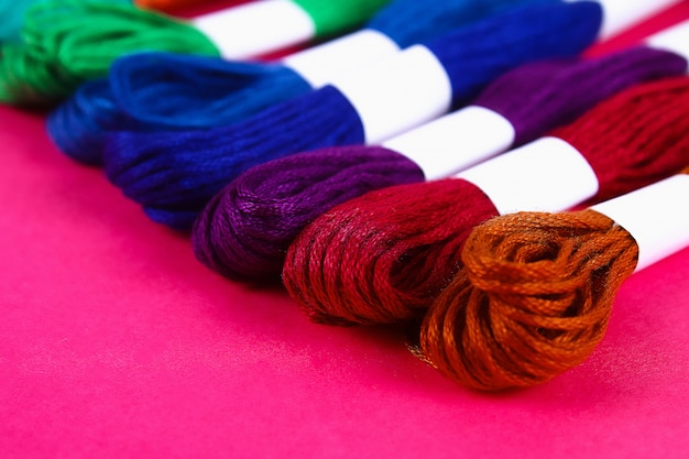 Mouline. fil multicolore pour la broderie. fil coloré pour la broderie. fils d'un moulin.