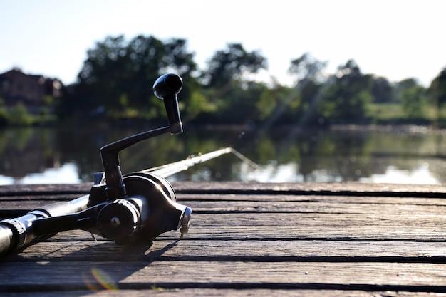 Moulinet de pêche sur laker dans les rayons du soleil.