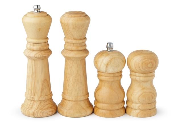 Moulins en bois avec sel et poivre sur blanc