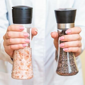 Moulins à sel et à poivre dans les mains