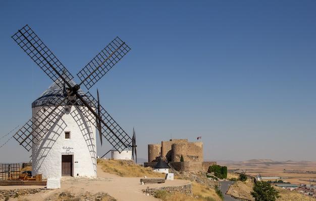 Les moulins à vent de consuegra sont un groupe de moulins situés dans la municipalité espagnole de consuegra