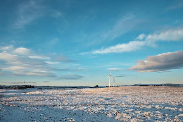 Moulins à vent dans un champ et ciel en hiver. west lothian, ecosse, royaume-uni