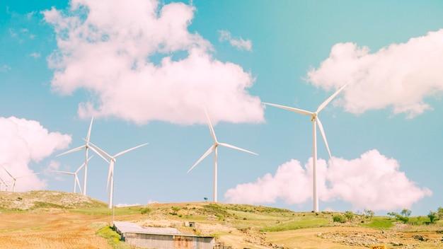 Moulins à vent dans le champ