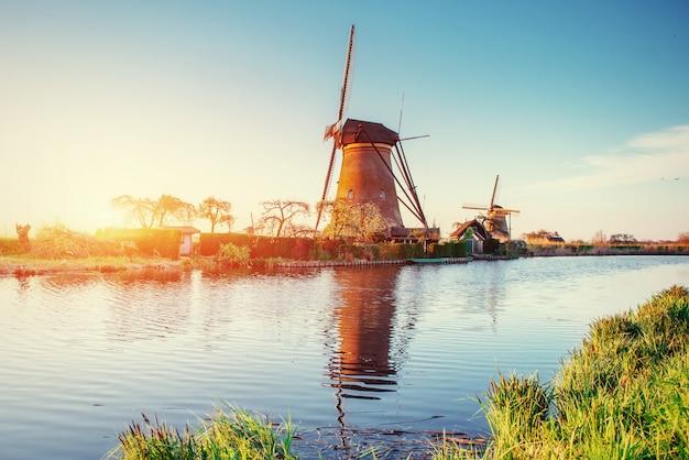 Moulins à vent hollandais traditionnels du canal rotterdam.