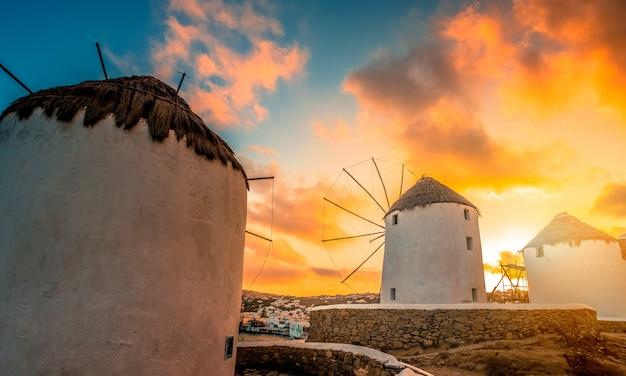 Moulins à vent de mykonos au coucher du soleil
