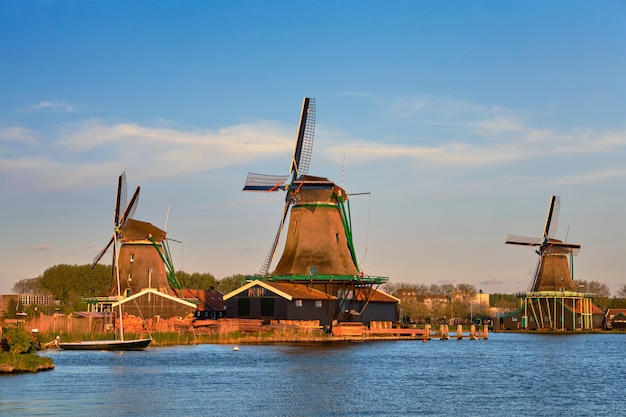 Moulins à vent à zaanse schans en hollande au crépuscule au coucher du soleil. zaa