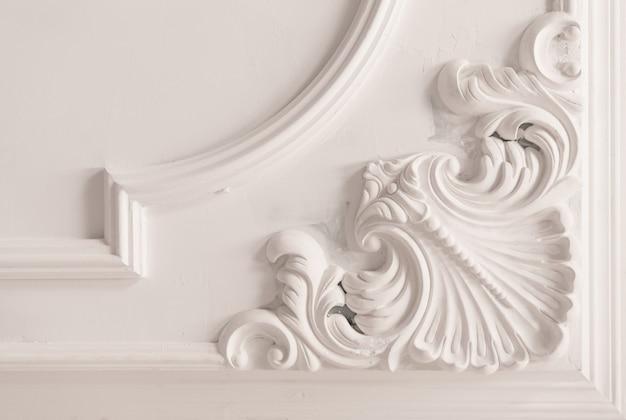 Moulure en plâtre non finie au plafond. finition décorative en plâtre. travaux de plaques de plâtre et de peinture
