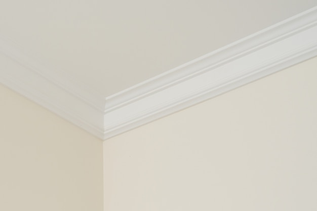 Moulures de plafond à l'intérieur, un détail de coin