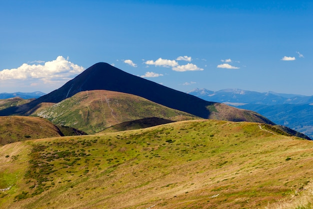 Mountain hoverla dans les carpates, en ukraine. belle vue sur la montagne en été avec pré vert et ciel bleu.