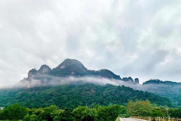 Mountain lanscape à un jour brumeux
