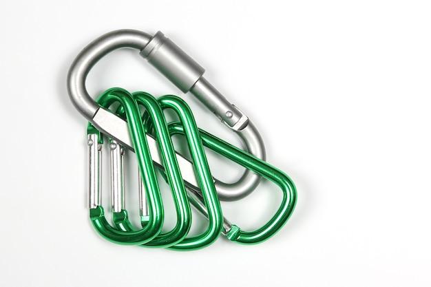 Mousquetons en aluminium très liés les uns aux autres