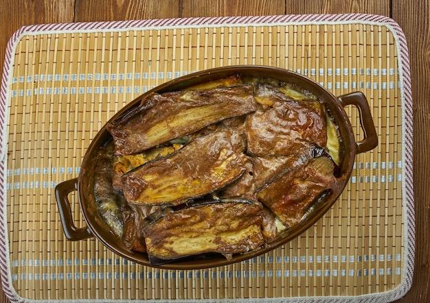 Moussaka grecque aux aubergines et fromage feta, plat grec traditionnel sur assiette