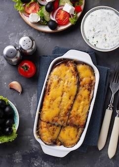 Moussaka grecque traditionnelle avec aubergine