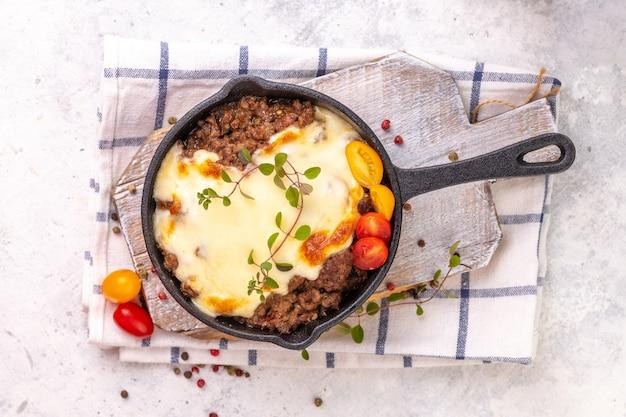 Moussaka. plat grec traditionnel. viande de bœuf ou d'agneau hachée cuite au four avec aubergines, tomates et fromage.