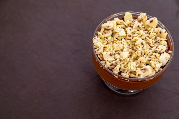 Mousse au chocolat au lait avec copeaux de chocolat.