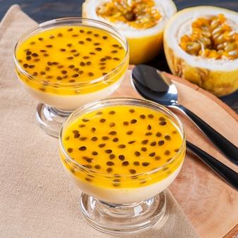 Mousse au fruit de la passion. dessert rafraîchissant avec garniture de fruits de la passion frais