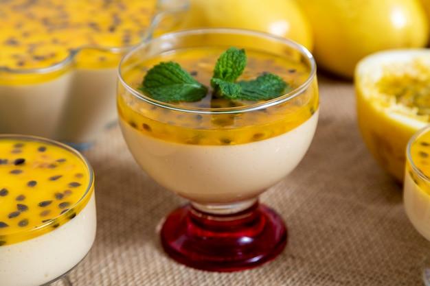 Mousse aux fruits de la passion servie dans un bol.