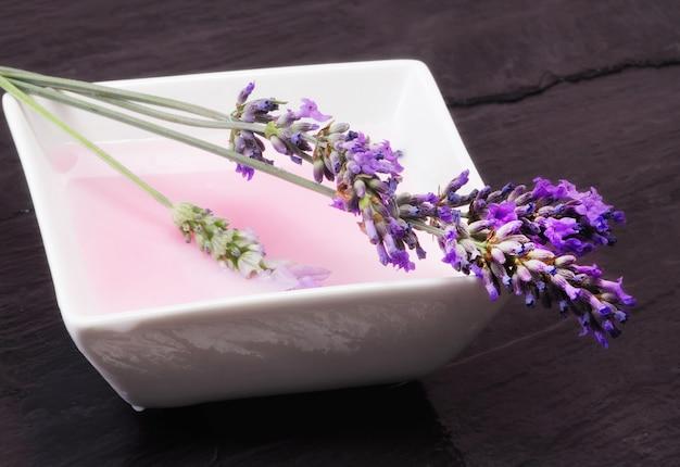 Mousse de bain à la lavande avec des fleurs