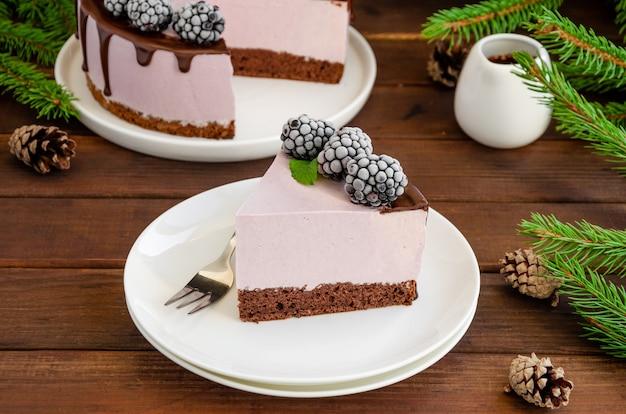 Mousse à la crème de mûre cakeno cheesecake cuit au four avec glaçage au chocolat et mûre congelée sur le dessus