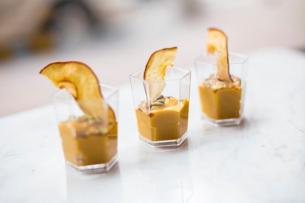 Mousse ou crème de potiron maison dans des verres saupoudrés de cannelle
