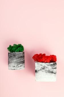 Mousse naturelle stabilisée rouge et verte. fleur en pot
