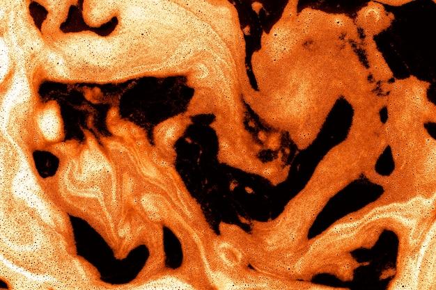 Mousse orange sur le dessus du liquide