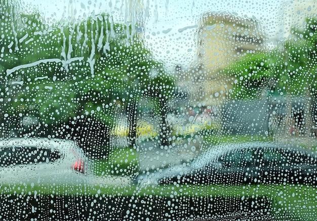 Mousse et savon sur fond de fenêtre en verre. motif abstrait