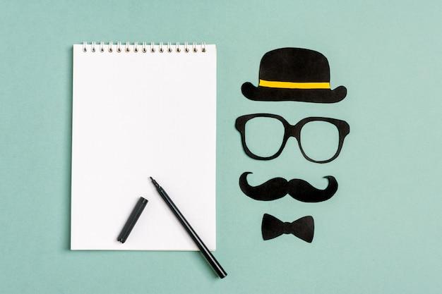 Moustache de papier noir, chapeau, lunettes. concept - lutte contre le cancer de la prostate