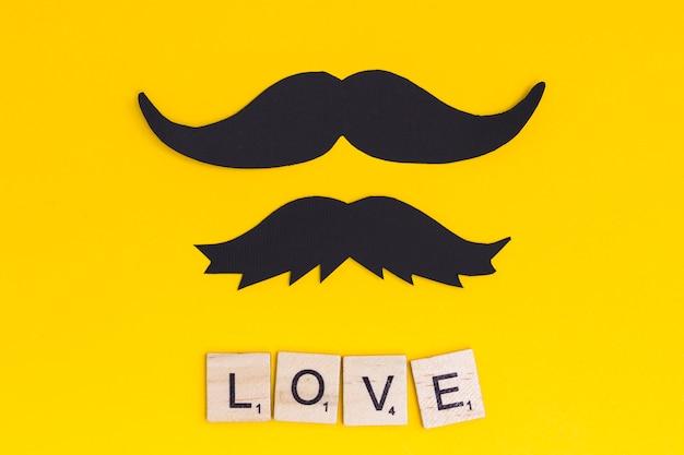 Moustache avec texte d'amour sur fond clair