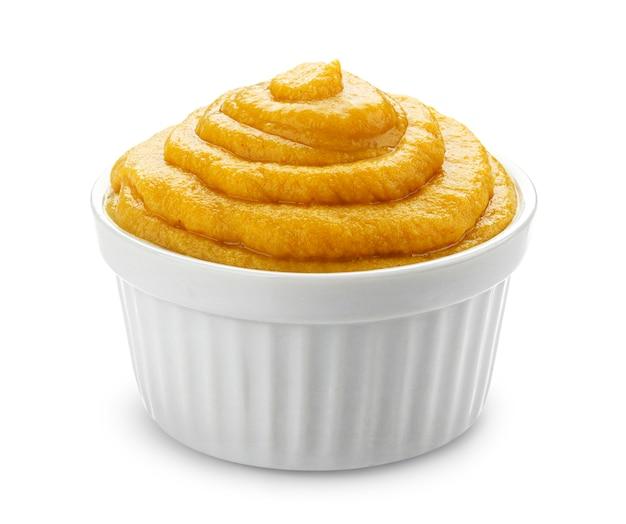 Moutarde dans un bol isolé sur blanc avec un tracé de détourage