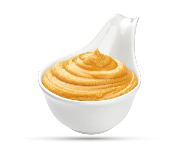 Moutarde dans un bol isolé on white