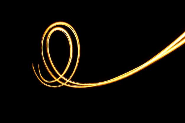 Mouvement abstrait de la lumière dans l'obscurité. imaginez la lumière qui coule.