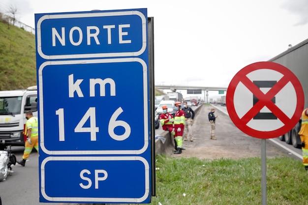 Mouvement sur l'autoroute dutra avec plusieurs voitures et camions
