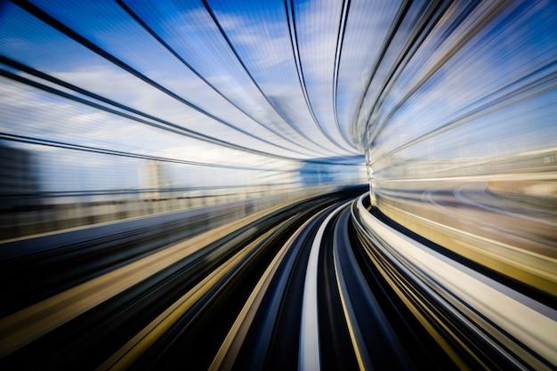 Mouvement bleu d'un mono rail japonais