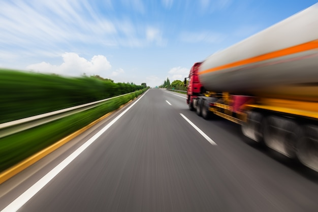Mouvement camion-citerne floue sur l'autoroute. concept de l'industrie chimique et de la pollution.