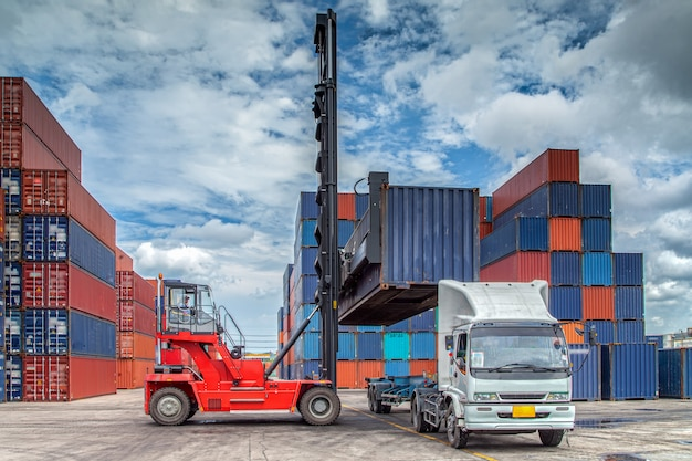 Mouvement des conteneurs dans le port maritime par camion et élévateur