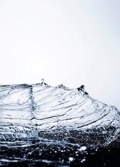 Mouvement de l'eau claire avec fond clair