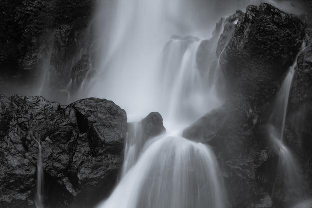Mouvement étonnant de paysages aquatiques d'art sur une cascade en indonésie