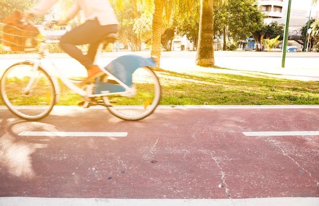 Mouvement flou d'une personne à vélo dans le parc