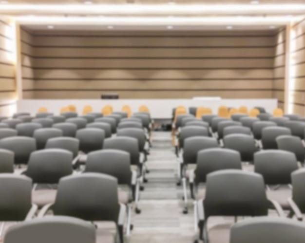 Mouvement flou d'un séminaire vide après la fin de la réunion et le public s'éteint