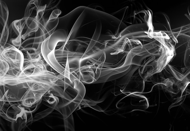 Mouvement de fumée blanche abstraite sur fond noir