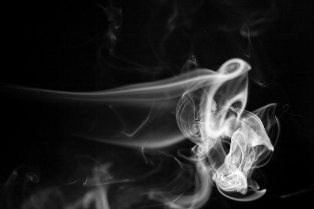 Mouvement de fumée blanche sur fond noir.