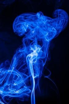 Mouvement fumée bleue sur fond noir.