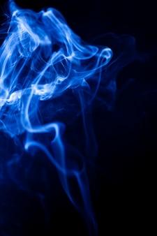 Mouvement de fumée bleue sur fond noir.