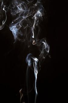 Mouvement de fumée fanée sur fond noir