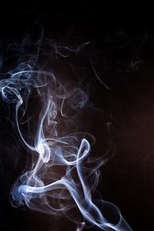 Mouvement de fumée sur fond noir.